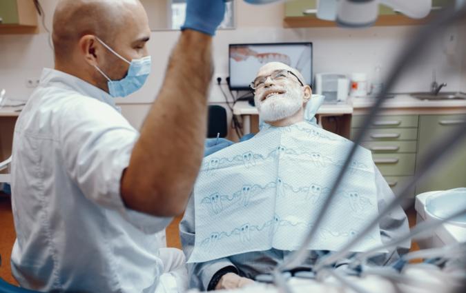 dentista e paziente dopo inserimento di impianti dentali