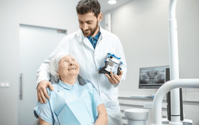 dentista illustra al paziente gli impianti dentali