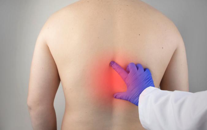 dottore controlla se il paziente ha i sintomi dell'artrosi