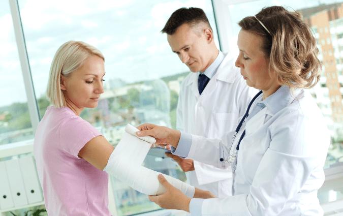 medici controllano le ulcere di una paziente
