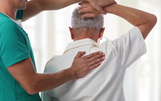 L'osteopata visita un paziente