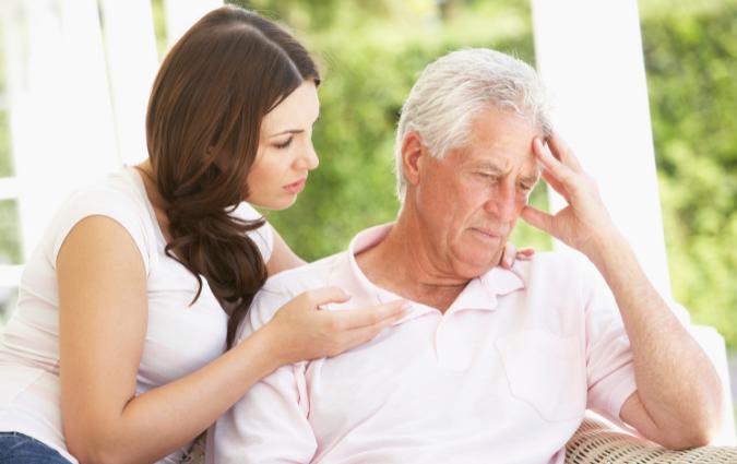 figlia accudisce il padre con la malattia di alzheimer